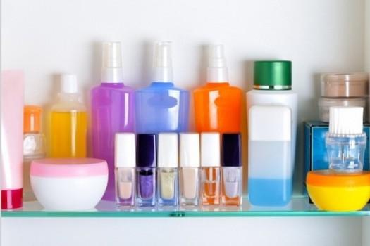 Из-за повышенной влажности в ванной комнате не стоит хранить крема