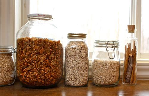 Храните крупы в стеклянных герметичных банках и плотно закрывайте