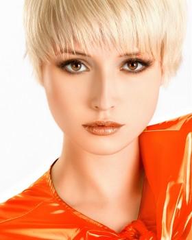 blondinki s karimi glazami