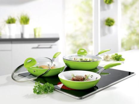 Перед первым применением протрите керамическую сковородку губкой со с мыльным раствором