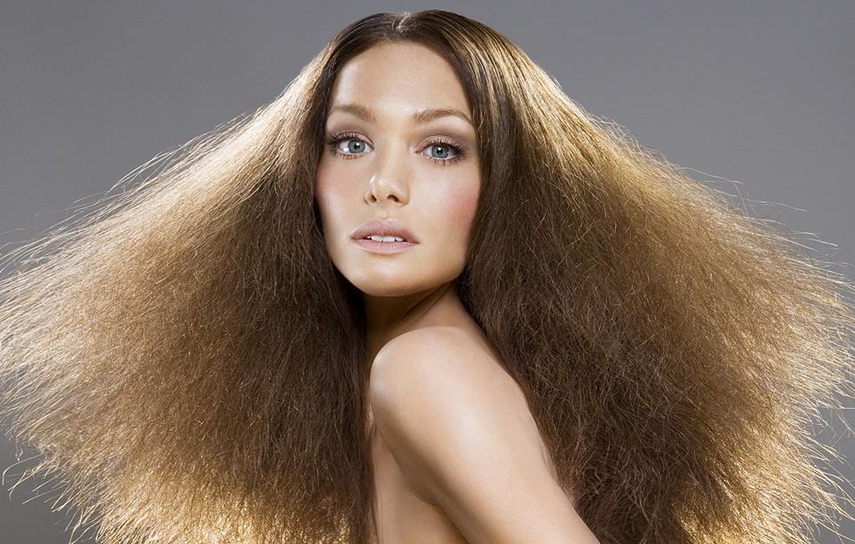 Маска с оливковым маслом хорошо питает волосы