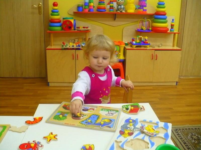 Позвольте малышу 2-3 лет самому выбирать игрушку, не настаивая, но направляя ребенка