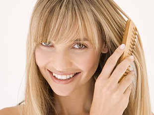 Чтобы волосы не били током, используйте деревянные расчески